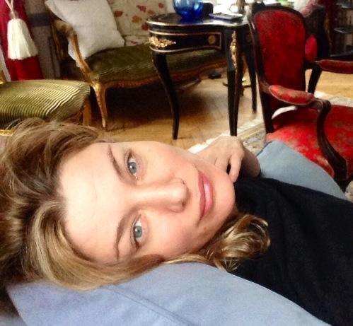 אמילי בחורה בריטית מארחת